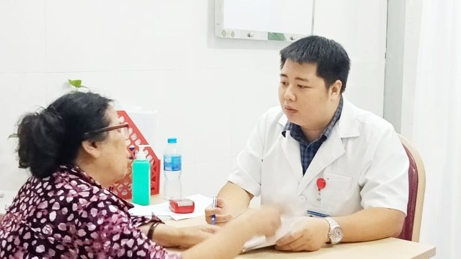 Bác sĩ tư vấn cho bệnh nhân