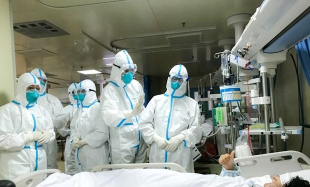 Nhân viên y tế chuyển bệnh nhân nhiễm virus nCoV tại bệnh viện ở thành phố Vũ Hán, tỉnh Hồ Bắc, Trung Quốc ngày 30/1/2020. (Ảnh: THX/TTXVN)