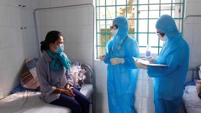 Kiểm tra sức khỏe cho người nghi nhiễm COVID-19 tại Phòng khám Đa khoa khu vực Quang Hà, Bình Xuyên, Vĩnh Phúc (Ảnh: Kim Ly)