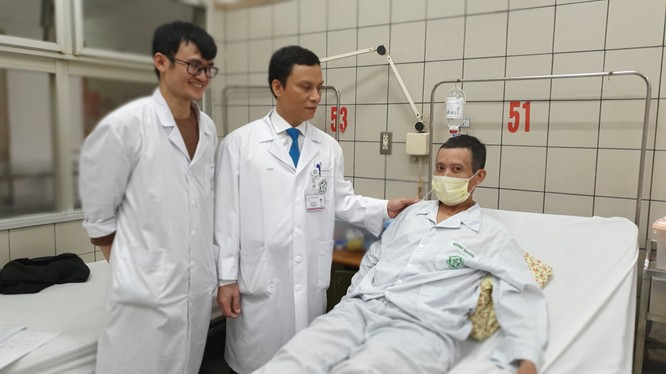 Các bác sĩ kiểm tra sức khỏe bệnh nhân trước khi xuất viện (ảnh: Mai Thanh)
