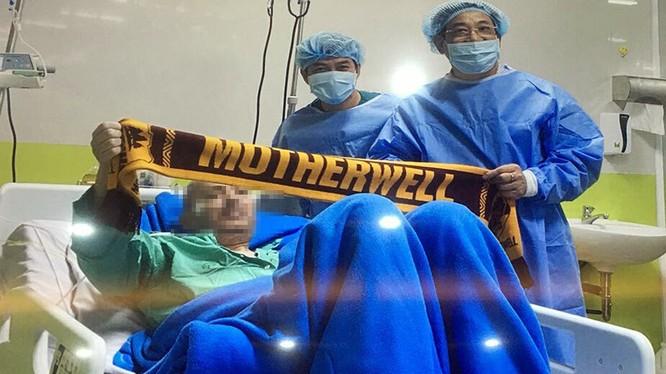 PGS.TS. Lương Ngọc Khuê - Cục trưởng Khám chữa bệnh (Bộ Y tế) thăm bệnh nhân 91 (ảnh: BVCC)