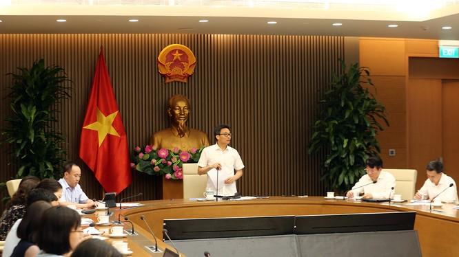 Phó Thủ tướng Vũ Đức Đam chủ trì cuộc họp về chính sách thanh toán từ BHYT đối với thuốc phát minh (Ảnh: VGP)