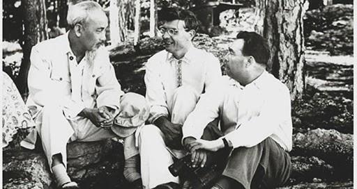 Bác Hồ với các ông Mikhail Suslov và Leonid Brezhnev trong kỳ nghỉ hè tại Yalta, Crimea ngày 12/7/1959. (Nguồn: ĐSQ)