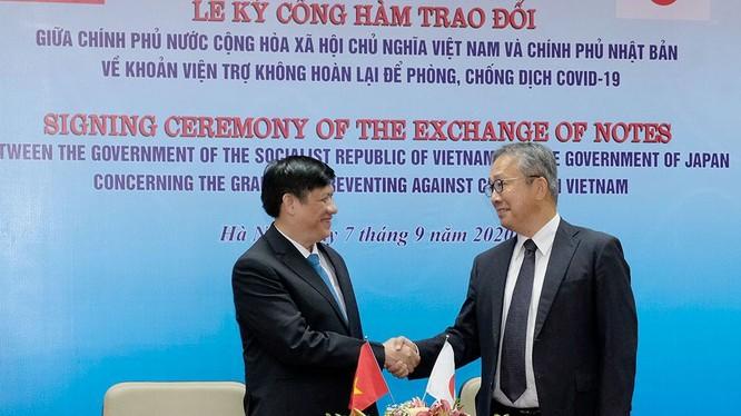 Quyền Bộ trưởng Bộ Y tế Nguyễn Thanh Long (trái) và ngài Yamada Takio - Đại sứ Đặc mệnh Toàn quyền Nhật Bản tại Việt Nam (Ảnh: Trần Minh)