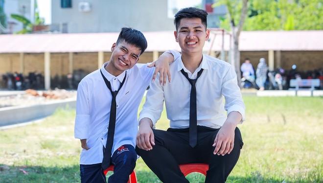 Đôi bạn 10 năm cõng nhau đến trường Ngô Văn Hiếu và Nguyễn Tất Minh (ảnh: Quỳnh Trang - Phương Lâm)