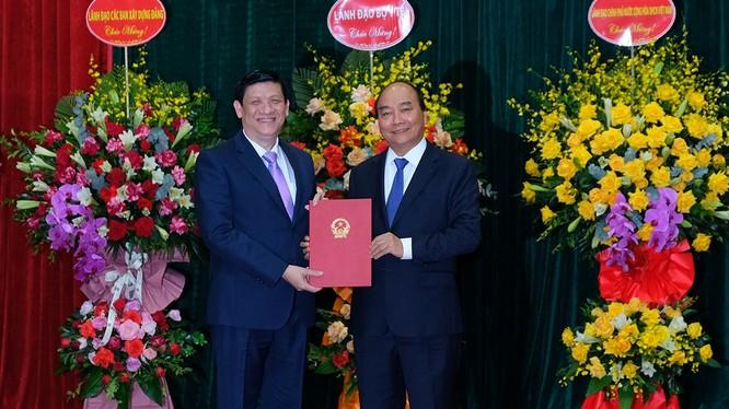 Thủ tướng Nguyễn Xuân Phúc trao quyết định bổ nhiệm chức vụ Bộ trưởng Bộ Y tế cho GS.TS. Nguyễn Thanh Long (ảnh: Trần Minh)