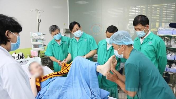 Các thầy thuốc đang tập vận động kết hợp với điều trị cho bệnh nhân 91 để sớm hồi phục sức khỏe (ảnh: Bộ Y tế)