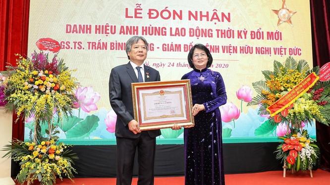 Phó Chủ tịch nước Đặng Thị Ngọc Thịnh trao tặng danh hiệu AHLĐ cho GS.TS. Trần Bình Giang - Bí thư Đảng ủy, Giám đốc BV Hữu nghị Việt Đức