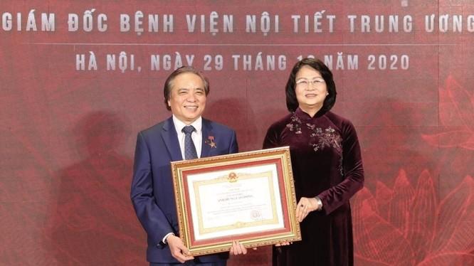 Phó Chủ tịch nước Đặng Thị Ngọc Thịnh đã trao danh hiệu Anh hùng Lao động cho TTND. PGS. TS. Trần Ngọc Lương