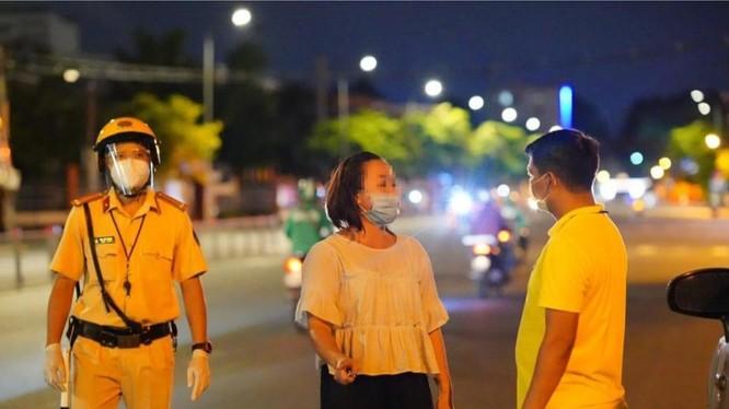 Ảnh chụp lại người phụ nữ trong video đang được chia sẻ, về trường hợp chở thực phẩm cho nhân viên và người nhà cũng bị phạt vì ra đường không có lý do chính đáng
