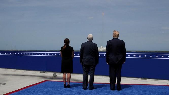 Elon Musk, Jeff Bezos 'nín thở' trước bầu cử tổng thống Mỹ