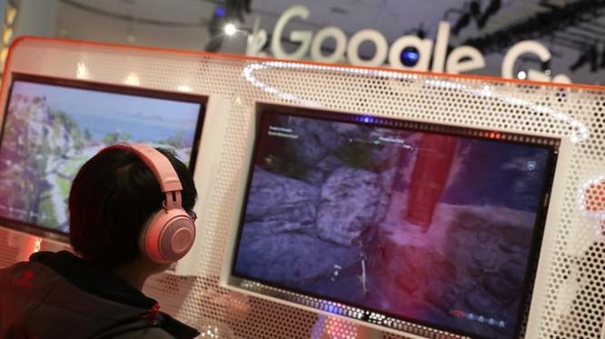 Một người đang chơi trên nền tảng trò chơi Stadia của Google tại một gian hàng trong Hội nghị Nhà phát triển trò chơi GDC 2019. Ảnh: CNBC