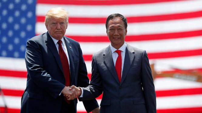 Nhà sáng lập Foxconn Terry Gou và Tổng thống Mỹ Donald Trump. Ảnh: Nikkei Asian Review