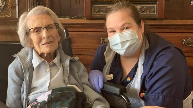 Bà Connie Titchen là bệnh nhân lớn tuổi nhất của nước Anh được xuất viện sau khi bị xác nhận dương tính với Covid-19. Ảnh: CNN