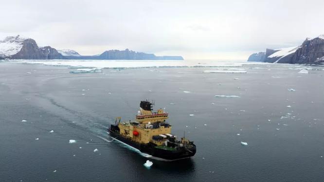 Tàu phá băng Oden của Thụy Điển đang tiến hành lập bản đồ tại các khu vực chưa được khám phá trước đây ở Bắc Greenland trong Cuộc thám hiểm Ryder 2019. Dữ liệu được đóng góp cho Dự án Seabed 2030. Ảnh: The Verge