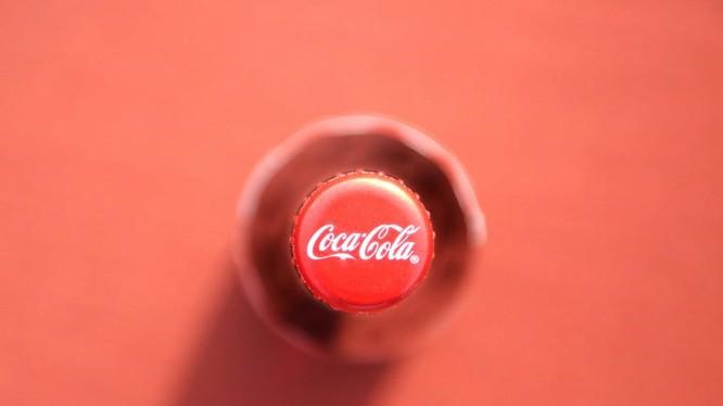 Coca Cola cho biết quyết định của hãng không liên quan đến chiến dịch tẩy chay Faceook #StopHateforProfit. Ảnh: Digital Trends