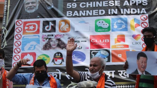 Người dân Ấn biểu tình chống Trung Quốc ở Jammu vào ngày 1 tháng 7. Lệnh cấm có thể sẽ dẫn đến sự trả đũa kinh tế và leo thang căng thẳng giữa hai bên. Ảnh: Nikkei Asian Review