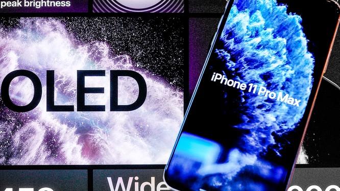 iPhone 11 Pro Max của Apple được trang bị màn hình OLED. Ảnh: Nikkei Asian Review