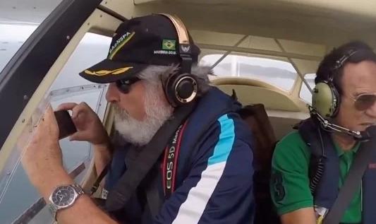 Ông Ernesto Galiotto (trái) đã làm rơi chiếc iPhone 6s trong lúc đang ghi hình từ trên máy bay.