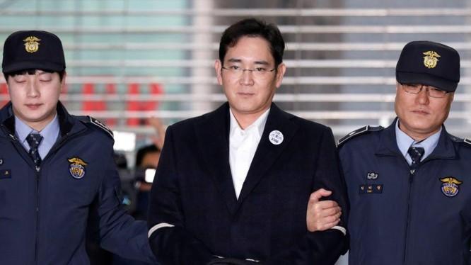 Ông Lee Jae-yong có mặt trong phiên xét xử ngày 18/1 và đã bị bắt giam ngay sau khi bản án được tuyên. Ảnh: Yahoo