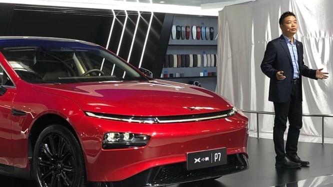 CEO Xpeng He Xiaopeng đứng cạnh chiếc sedan điện P7 của công ty trong buổi ra mắt sản phẩm vào năm 2020. Ảnh: CNBC