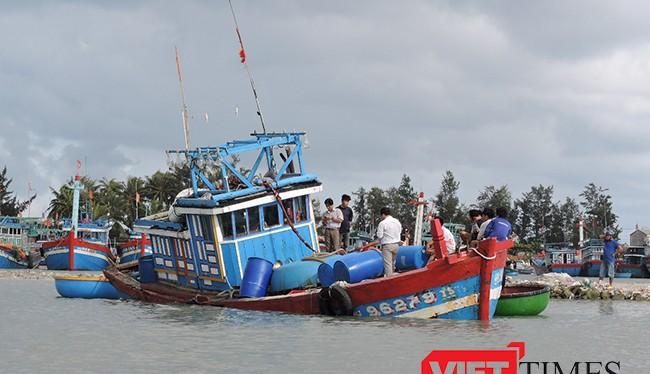 Lai dắt tàu cá bị nạn ở Trường Sa về đảo Lý Sơn