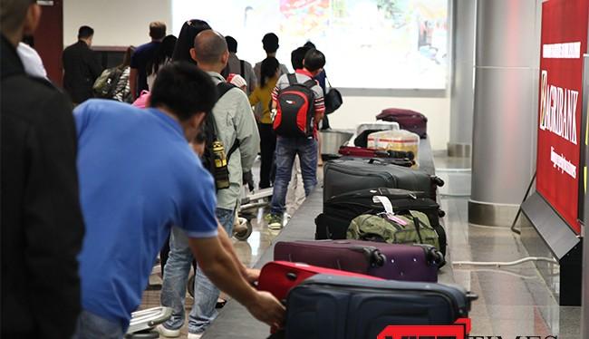 """Chi Cục Hải quan Sân bay quốc tế Đà Nẵng vừa tiến hành xử lý kỷ luật, điều chuyển công tác đối với hai cán bộ hải quan có hành vi nhũng nhiễu, vòi vĩnh bị hành khách """"tố"""" trên mạng xã hội"""