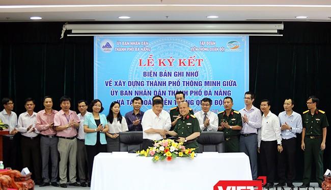 """Sáng 9/7, UBND TP Đà Nẵng và Tập đoàn viễn thông Quân đội Viettel đã tổ chức Lễ ký kết Biên bản ghi nhớ về xây dựng """"Thành phố thông minh"""" giữa hai bên."""