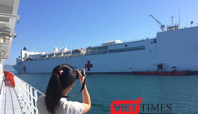 """USNS Mercy (T-AH19) sở hữu 1.000 giường bệnh, 12 phòng mổ tiêu chuẩn kỹ thuật cao cùng trang thiết bị của một """"siêu bệnh viện"""" trên biển của Hải quân Mỹ."""