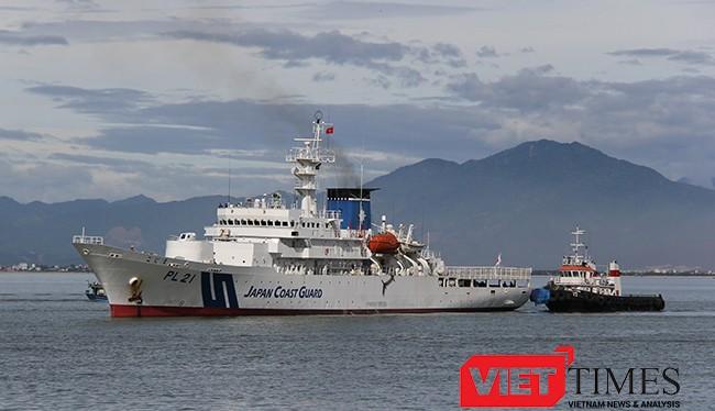 Tàu Cảnh sát biển Nhật Bản mang tên KOJIMA (PL 21) cùng 94 thủy thủ và thực tập viên thuộc Lực lượng bảo vệ bờ biển Nhật Bản trên vịnh Đà Nẵng