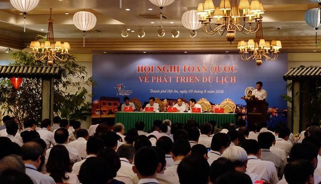 Sáng 9/8, tại Hội An, Thủ tướng Chính phủ Nguyễn Xuân Phúc chủ trì Hội nghị toàn quốc về phát triển du lịch với sự tham dự của lãnh đạo các bộ ngành trung ường và các địa phương nhằm tìm hướng phát triển du lịch trong giai đoạn mới.