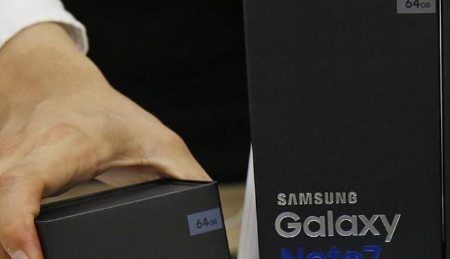 Một nhân viên Samsung tại Hàn Quốc đang sắp xếp lại ngay ngắn các hộp đựng Galaxy Note 7 thay thế