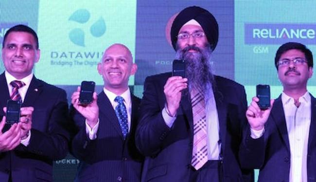 Lãnh đạo DataWind giới thiệu loạt smartphone giá siêu rẻ, miễn phí Internet một năm. Ảnh: BGR.