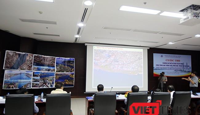Sáng 25/9, UBND TP Đà Nẵng tổ chức thi tuyển chọn công khai phương án công trình vượt sông Hàn với sự tham dự 6 đơn vị dự thi đến từ 11 công ty tư vấn thiết kế trong và ngoài nước.