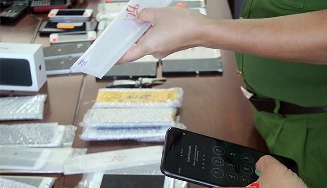 Chiều 27/9, Phòng Cảnh sát Kinh tế Công an TP. Đà Nẵng cho biết, lực lượng vừa tạm giữ 2 lô hàng điện thoại di động với số lượng 256 chiếc, ước tổng trị giá hơn 800 triệu đồng không có hóa đơn, chứng từ.