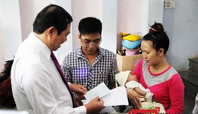 Chiều 3/10, ông Huỳnh Đức Thơ, Chủ tịch UBND TP Đà Nẵng đã đến thực hiện trao giấy khai sinh và hoa chúc mừng cho các công dân mới chào đời của Đà Nẵng.