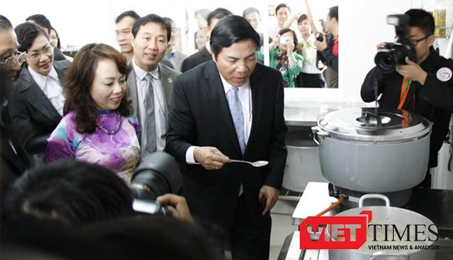 Ông Nguyễn Bá Thanh ăn thử cháo từ thiện tại Bệnh viện Ung thư Đà Nẵng, một trong những công trình mang tâm huyết của ông đối với nhân dân Đà Nẵng và các tỉnh miền Trung