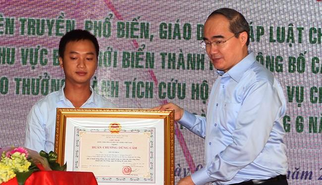 Chủ tịch Ủy ban Trung Ương MTTQ Việt Nam Nguyễn Thiện Nhân đã trao Huân chương Dũng cảm cho cá nhân dũng cảm cứu các nạn nhân trong vụ chìm tàu Thảo Vân 02 xảy ra trên sông Hàn.
