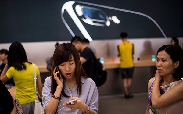 một số công ty tại Trung Quốc đã phát hành một cảnh báo đến nhân viên của mình rằng họ sẽ bị sa thải nếu mua iPhone 7 hoặc iPhone 7 Plus.