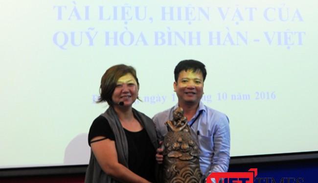 """Quỹ Hòa bình Hàn-Việt đã trao tặng Bảo tàng Đà Nẵng bức tượng """"Pieta Việt Nam"""" cùng nhiều hiện vật quý như một hành động """"Thành thật xin lỗi Việt Nam!""""."""