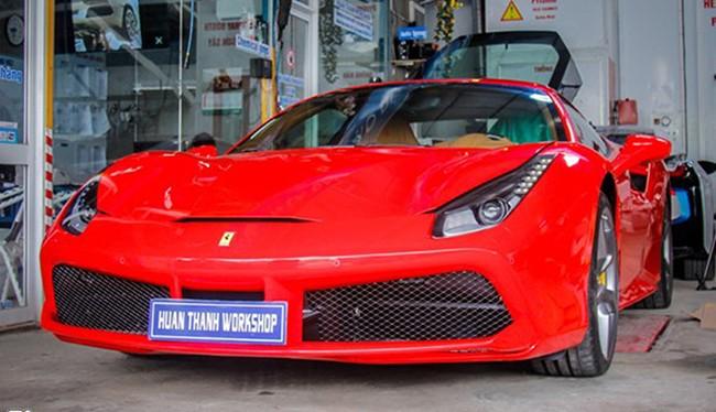 Mẫu coupe thể thao Ferrari 488 GTB trang bị bộ bodykit hàng hiệu Novitec Rosso được thực hiện bởi một xưởng độ ở Đà Nẵng.
