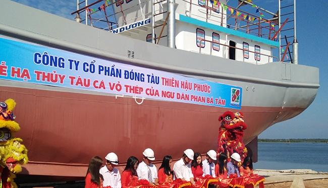 Sáng 24/10, tại cảng An Hòa (Quảng Nam), ngành chức năng Quảng Nam, Công ty CP Thiên Hậu Phước và ngư dân Phan Bá Tầm đã hạ thủy tàu cá vỏ thép QNa-91697TS.