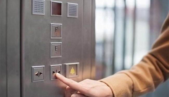 """Ấn nút """"đóng"""" không giúp cửa thang máy đóng nhanh hơn (Ảnh: Shutterstock)"""
