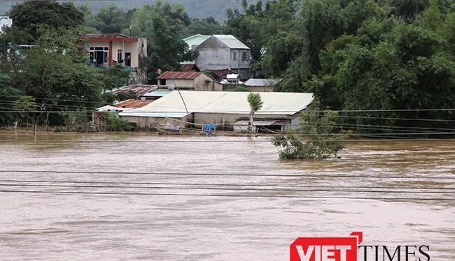 Từ đêm hôm qua đến chiều 2/11, trên địa bàn các huyện miền núi tỉnh Quảng Nam có mưa lớn khiến các thuỷ điện động loạt xả lũ làm nhiều khu vực trên địa bàn tỉnh bị ngập nặng.