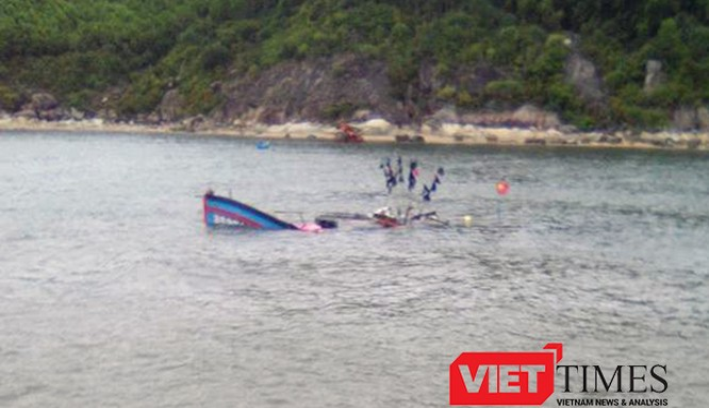 Quảng Ngãi nỗ lực tìm kiếm 4 ngư dân rơi xuống biển