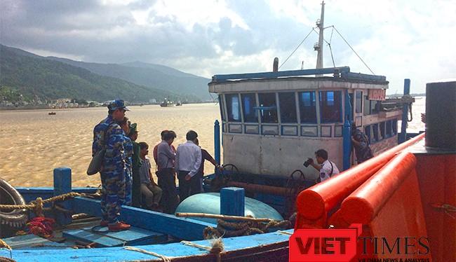 Tàu cá ĐNa 0494 TS được tàu Cảnh sát biển cứu nạn và lai dắt về bờ an toàn