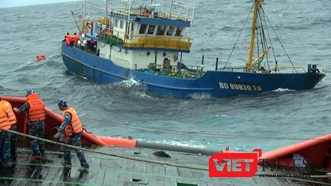 Lực lượng Cảnh sát biển nỗ lực cứu nạn tàu cá vỏ thép BĐ 99939 TS