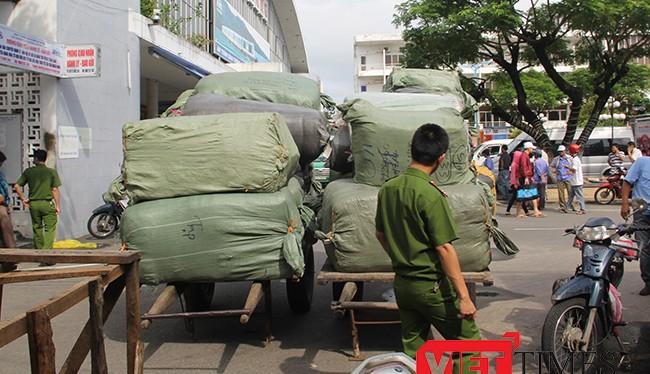 Hàng trăm bao hàng hóa gồm quần áo, giày, dép… chất trong các toa cuối tàu SE19 được cơ quan chức năng nghi nhập lậu từ Trung Quốc.