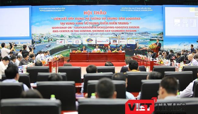 Chiều 9/11, tại Đà Nẵng, hơn 200 đại biểu đến từ các cơ quan nghiên cứu, các chuyên gia kinh tế, đại diện các tỉnh miền Trung, cùng đại diện các doanh nghiệp trong và ngoài nước đã cùng họp bàn về phát triển logistics tại khu vực