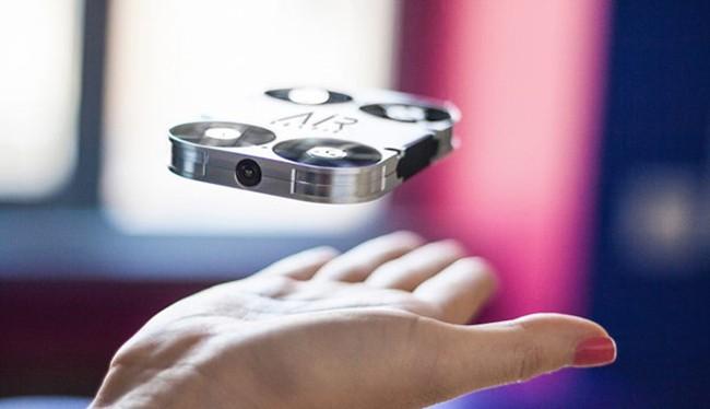 Máy bay siêu nhỏ hỗ trợ chụp ảnh tự sướng
